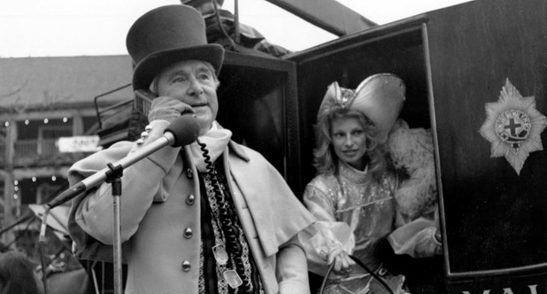 poza 3_Comedian_Ernie_Wise_makes_the_UK's_first_celebrity_mobile_call
